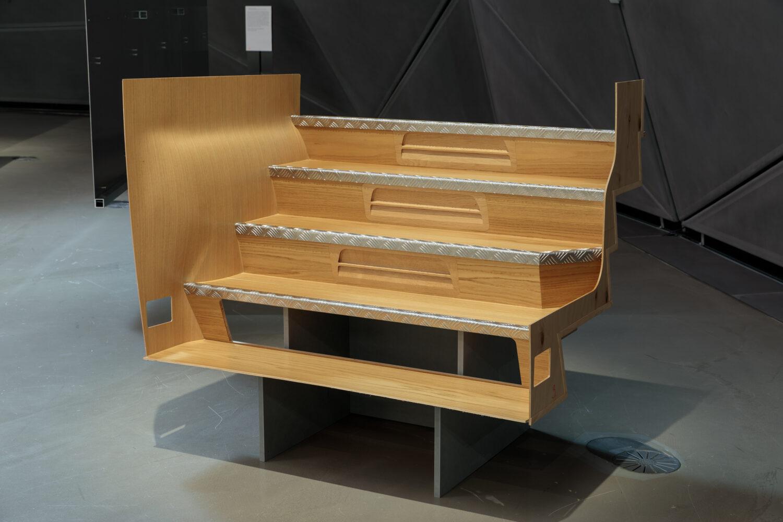 Buseinstiegstreppe aus Holz Ausstellungsansicht, Foto: Kunsthaus Graz/N. Lackner