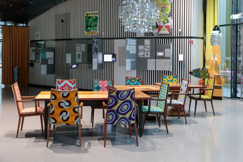Erika Thümmel, Dekonstruierte Möbel, Objekte zum Lesen, Arbeiten und Reden, 2021 Ausstellungsansicht, Foto: Kunsthaus Graz/N. Lackner