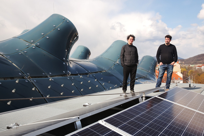 Projekt Sunscriber, Solarpanels, Kunsthaus Graz, Onur Sönmez (li.) und Jona Hoier (re.), Foto: Kunsthaus Graz/ J.J. Kucek