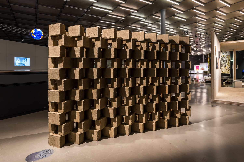 Plamen Dejanoff, Foundation Requirement (Lehm-Hanf-Steine), 2021, Ausstellungsansicht, Foto: Kunsthaus Graz/M. Grabner