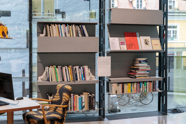 zweintopf, HEUTE Bibliothek, 2017 © Bildrecht, Wien, 2021, Ausstellungsansicht, Foto: Kunsthaus Graz/N. Lackner