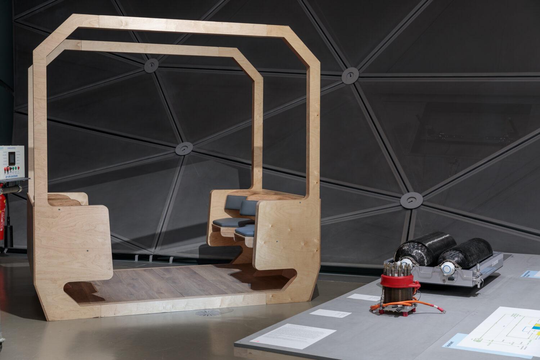 """Konzept """"Citybus"""" aus Holz Ausstellungsansicht, Foto: Kunsthaus Graz/N. Lackner"""