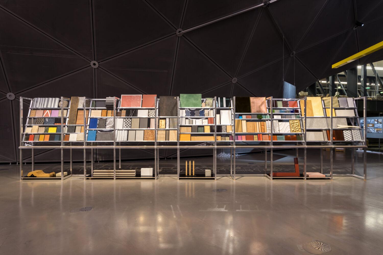 Andreas Fogarasi, Material Library (Steiermark), 2021 © Bildrecht, Wien 2021, Ausstellungsansicht, Foto: Kunsthaus Graz/M. Grabner
