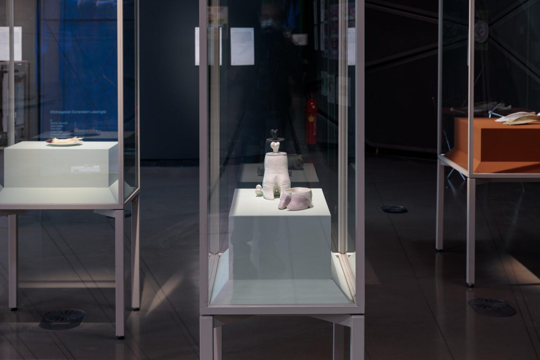 Ingeborg Strobl, Hufschale und Hufbehälter mit Knochen, 1973 © Bildrecht, Wien, 2021, Ausstellungsansicht, Foto: Kunsthaus Graz/N. Lackner