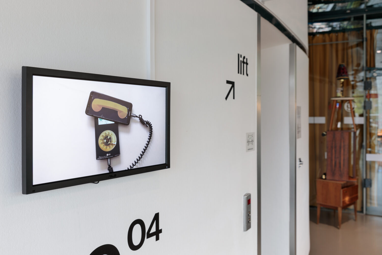 Anna Vasof, The Future is Calling, 2020 © Bildrecht, Wien, 2021, Ausstellungsansicht, Foto: Kunsthaus Graz/N. Lackner