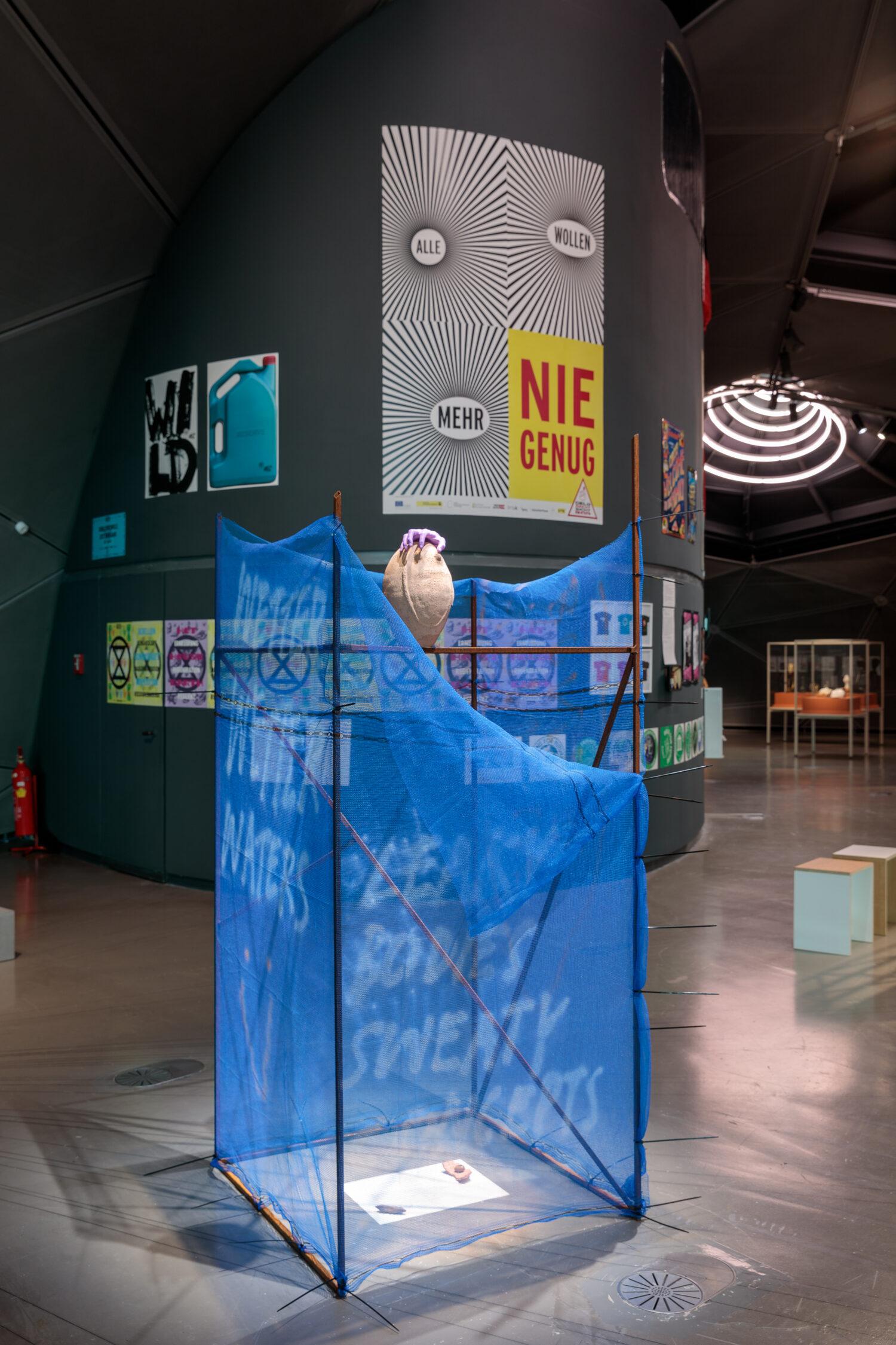Elke Auer in Zusammenarbeit mit Gerhard Auer, WET AGENCY, SPILLING ALL OVER YOUR DRY STRUCTURES, 2021 © Bildrecht, Wien, 2021, Ausstellungsansicht, Foto: Kunsthaus Graz/N. Lackner